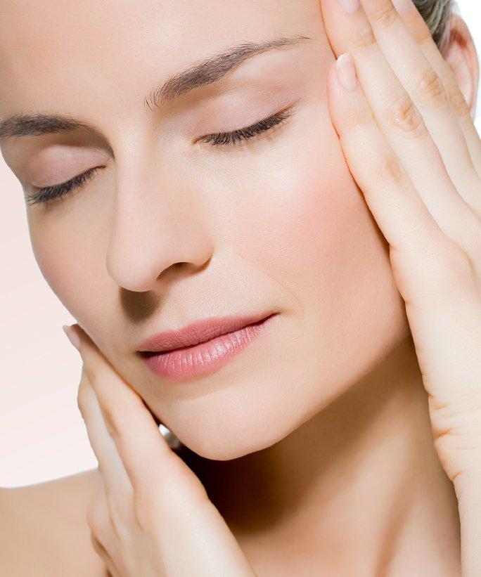 Bước 2: Sử dụng dầu các loại dầu massage mặt.