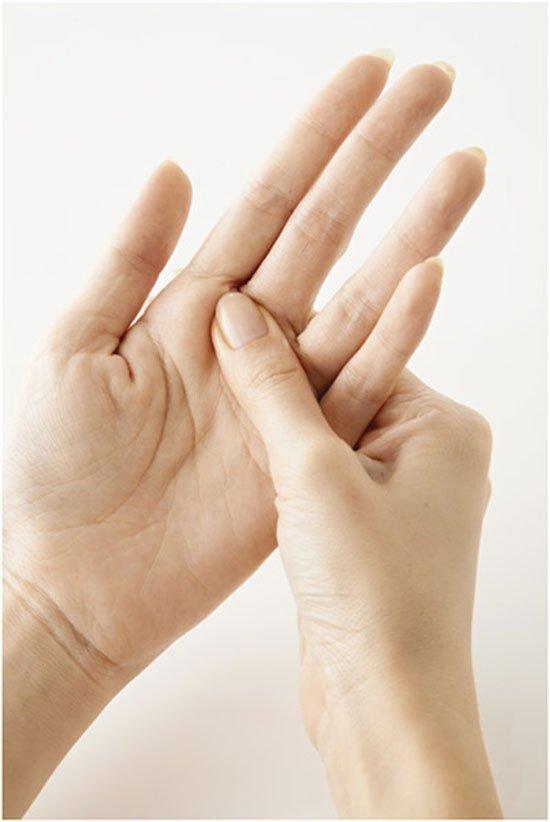 massage bàn tay giảm mỏi tê