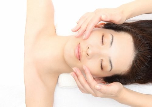 Giảm mỡ hai bên gò má bằng massage mặt