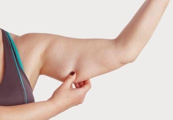 động tác 1: giảm mỡ bắp tay bằng cách massage bằng ngón cái