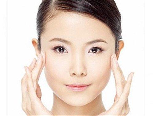 Massage vùng mắt giúp giảm vết chân chim