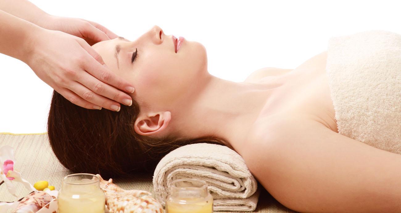 Bắt đầu quá trình massage cho chị em bầu ví từ vùng đầu