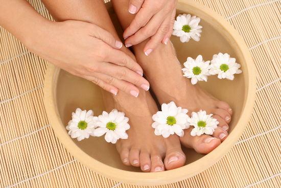 Bắt đầu quá trình massage cho chị em bầu bí từ đôi chân