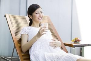 pregnant woman should habit to drink plenty of water