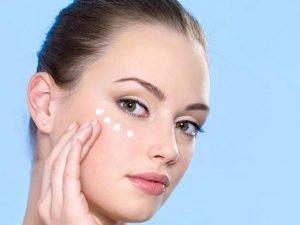sử dụng serum dưỡng mắt