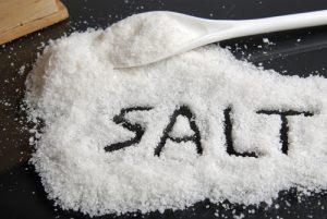 hãy hạn chế bớt lượng muối tiêu thụ hằng ngày